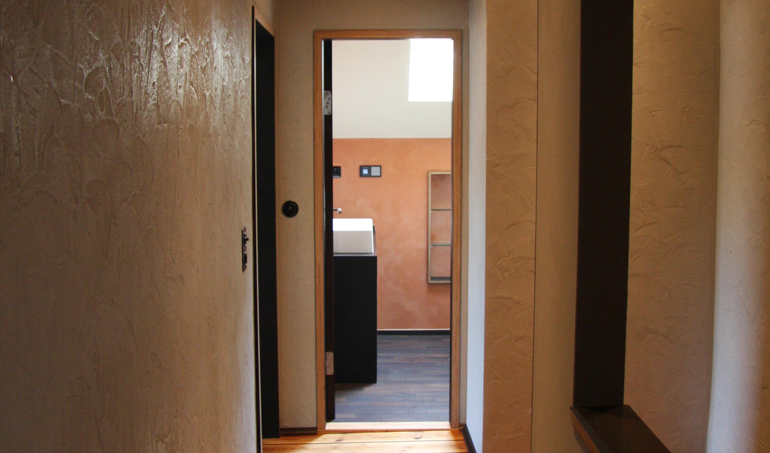 lehmputz streichen foto claytec mit und lehmfarben lassen sich wnde streichen und sorgen so fr. Black Bedroom Furniture Sets. Home Design Ideas